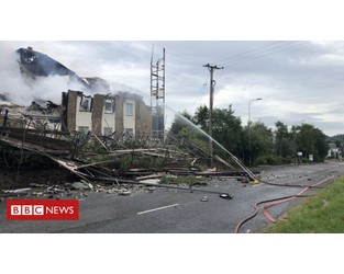 Hotel collapses on to road in huge blaze - BBC News